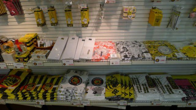 阪和自動車道下り岸和田サービスエリアの店内のタイガースショップ2