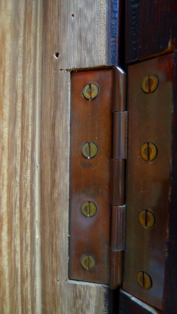 大阪 堀江 松山家具の高級紫檀タンスの伝統的な両彫り技法
