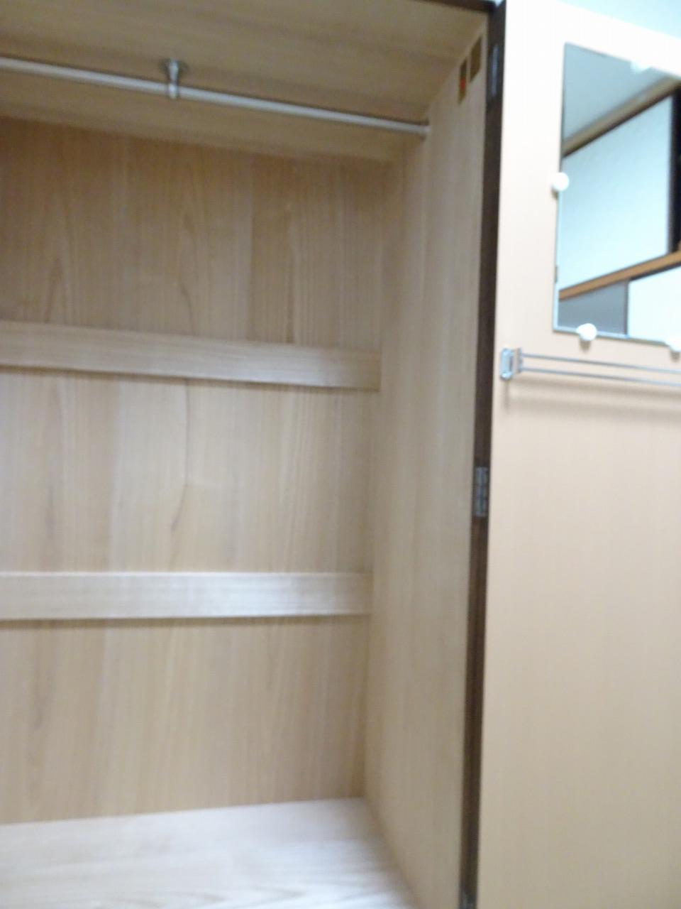 焼桐洋服箪笥の内部の桐と扉の鏡