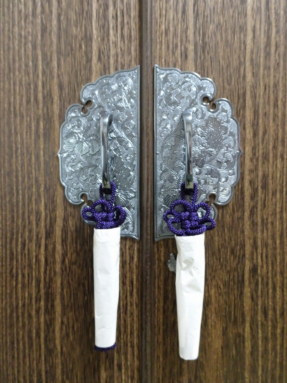焼桐洋服箪笥の前飾り金具むらさき房付き
