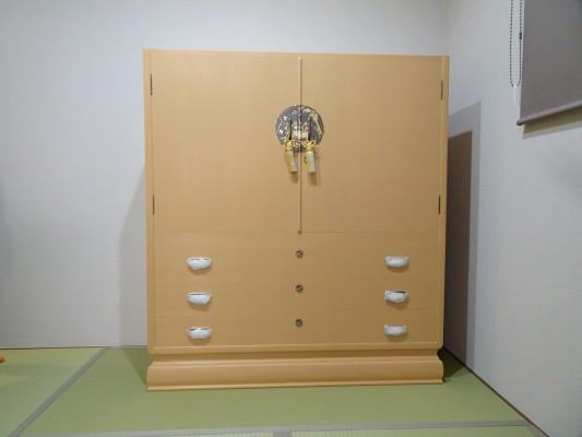大阪泉州桐箪笥 胴厚一寸天地丸衣装箪笥の設置