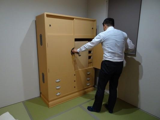 大阪泉州桐箪笥 胴厚一寸天地丸衣装箪笥の設置1