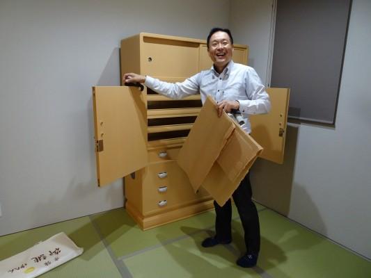 大阪泉州桐箪笥 胴厚一寸天地丸衣装箪笥の設置2