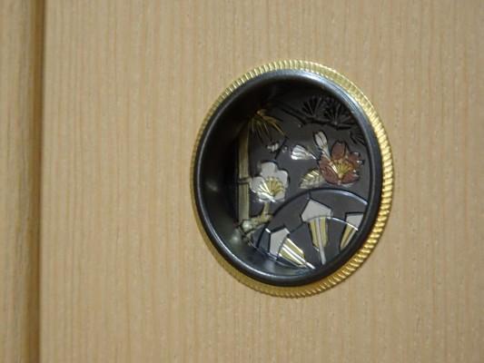 大阪泉州桐箪笥 胴厚一寸天地丸衣装箪笥の戸引き手金具
