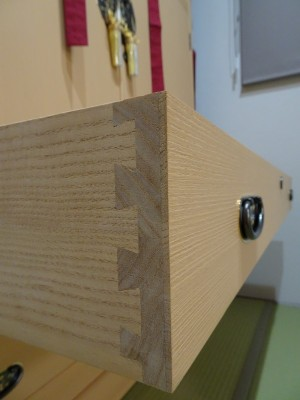 大阪泉州桐箪笥 胴厚一寸天地丸衣装箪笥の引出し組手