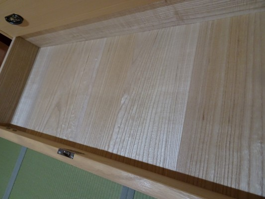 大阪泉州桐箪笥 胴厚一寸天地丸衣装箪笥の引出し内部の桐1