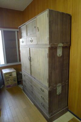 泉南市のW様からのご依頼の三つ重ねの桐衣装箪笥の洗い修理の桐たんすをお届けさせていただきました。
