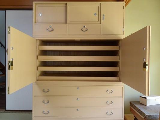 初音家具 こだわりの桐箪笥洗い 三つ重ねの桐衣装箪笥 洗い後 開け戸内部