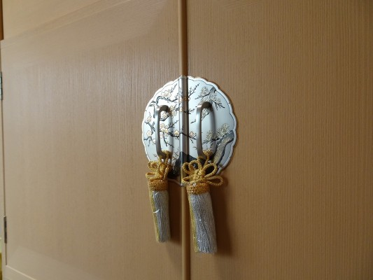 大阪泉州桐箪笥の最高級 総桐胴丸総無垢衣装箪笥の前飾り金具