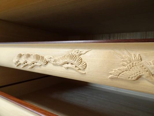 大阪泉州桐箪笥の最高級 総桐胴丸総無垢衣装箪笥の彫刻のお盆鶴