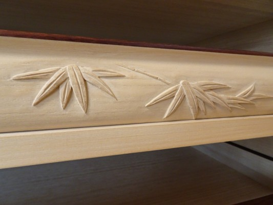 大阪泉州桐箪笥の最高級 総桐胴丸総無垢衣装箪笥の彫刻のお盆竹