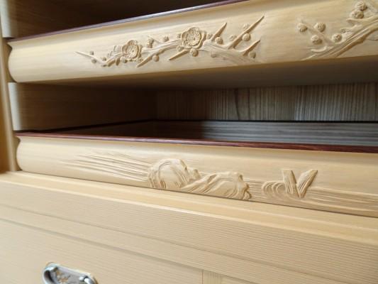 大阪泉州桐箪笥の最高級 総桐胴丸総無垢衣装箪笥の彫刻のお盆梅