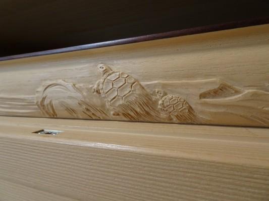 大阪泉州桐箪笥の最高級 総桐胴丸総無垢衣装箪笥の彫刻のお盆亀