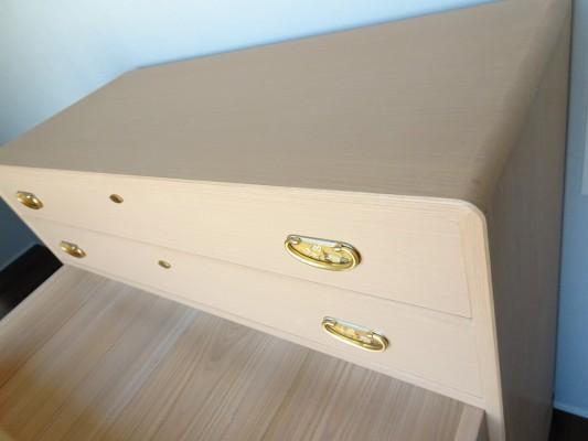 大阪泉州桐箪笥 総桐小袖衣装箪笥の斜め写真