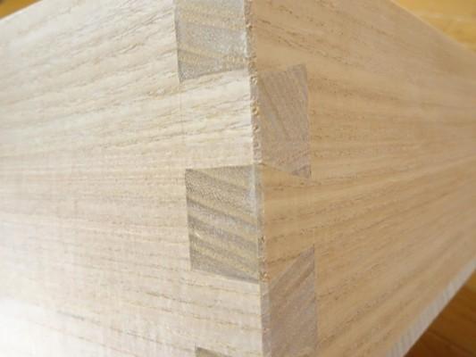 美しい光沢ある本物の桐材を蟻組手で職人が組み上げます