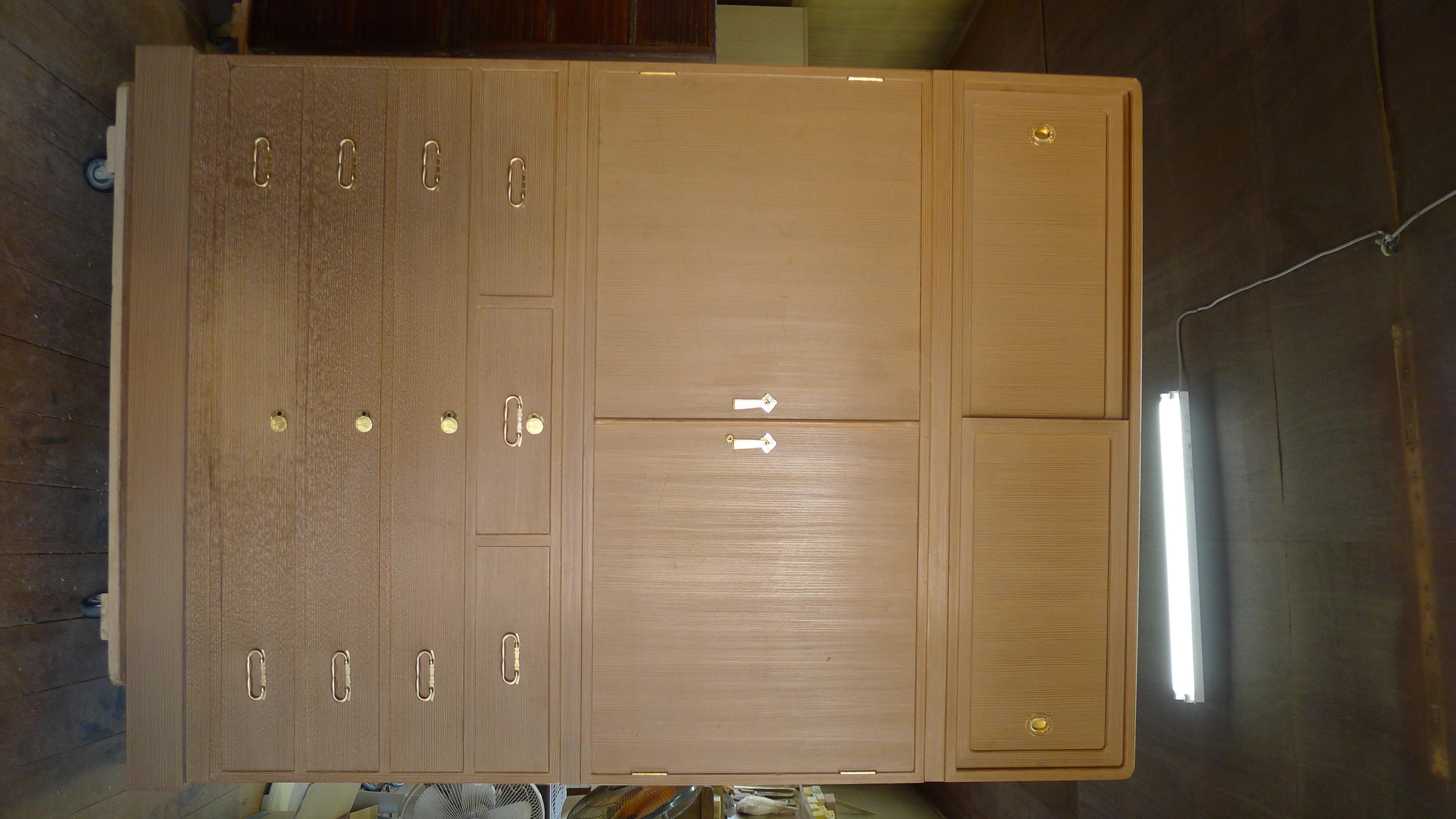 堺市のM様からのご依頼の桐の松山製の総桐三つ重ね衣装箪笥の洗い修理をさせていただきました。