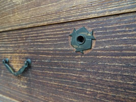 桐たんすの洗い前の手許箪笥の鍵座