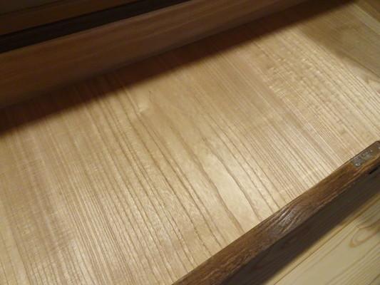 大阪泉州桐箪笥 焼桐衣装箪笥の引出し内部の桐底板2
