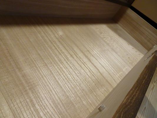 大阪泉州桐箪笥 焼桐衣装箪笥の引出し内部の桐底板