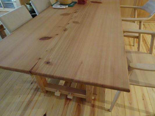 こだわりの杉無垢材のダイニングテーブル