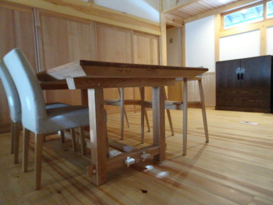 こだわりの杉無垢材のダイニングテーブルの横側写真