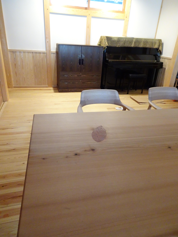 こだわりの杉無垢材のダイニングテーブルと焼桐たんす