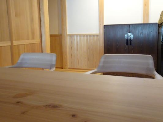 こだわりの杉無垢材のダイニングテーブルと焼桐たんす2
