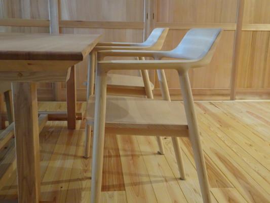 こだわりの杉無垢材のダイニングテーブルとチェアー