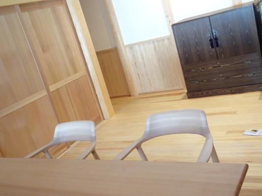 こだわりの杉無垢材のダイニングテーブルとチェアーと焼桐たんす