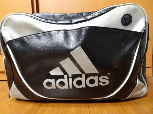 前のアディダスのバッグとロゴ