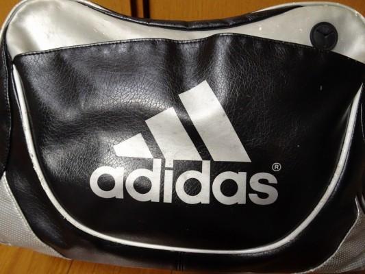 前のアディダスの横型バッグのロゴ