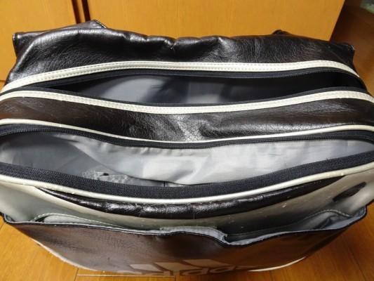 前のアディダスの横型バッグ