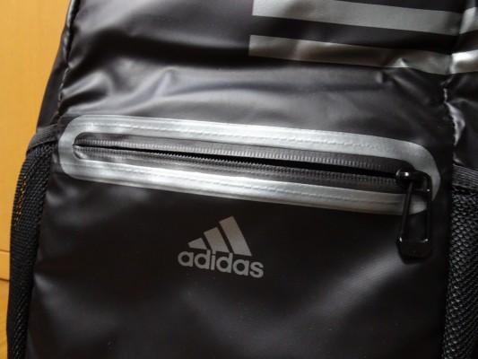 アディダスの新しいスポーツバッグ ロゴ