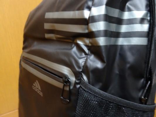 アディダスの新しいスポーツバッグの三本線