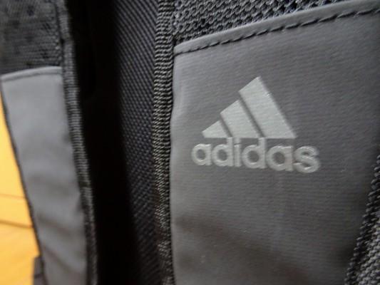 アディダスの新しいリュック型スポーツバッグとロゴ