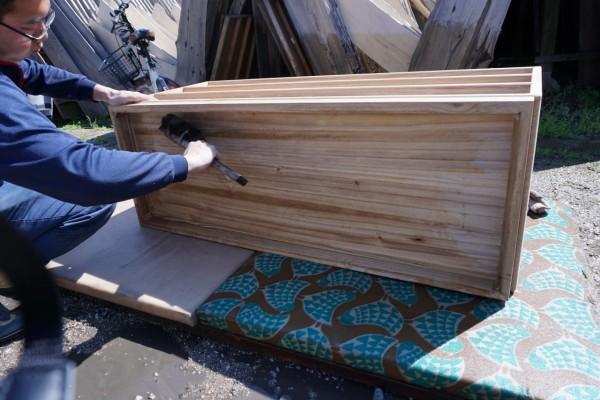 大阪泉州桐箪笥 初音の桐たんすの工房 桐箪笥の洗い作業3