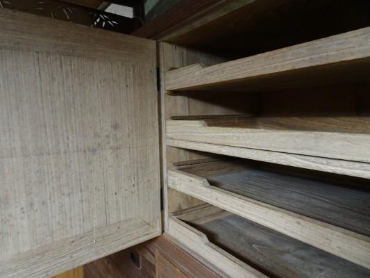 堺市のM様の桐の間たんすの洗い修理まえの開き戸 内部