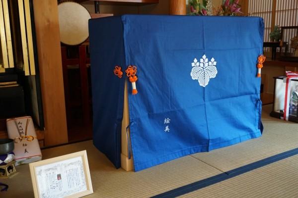 大阪泉州桐たんす天丸5段引出したんすと五三桐紋入り油単斜め写真