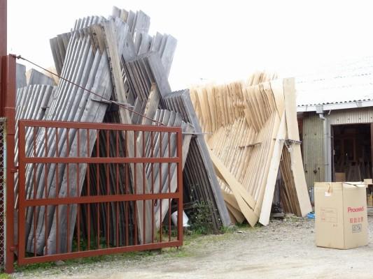 大阪泉州桐箪笥 田中家具製作所の工房の新旧の桐材 2
