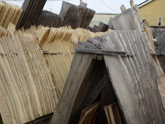 大阪泉州桐箪笥 田中家具製作所の工房の新旧の桐材