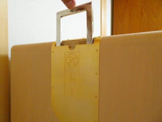 大阪泉州桐箪笥の総桐小袖たんすの初音の刻印入り棒通し金具2