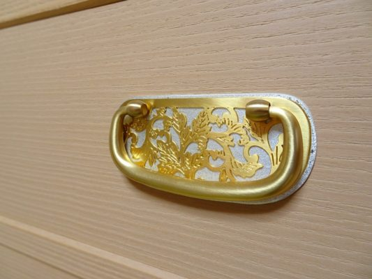 大阪泉州桐箪笥の総桐小袖たんすの初音の引き手金具