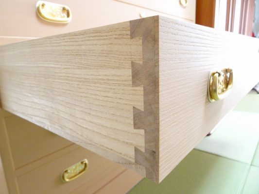 大阪泉州桐箪笥の総桐小袖たんすの引出しの手組み蟻組手