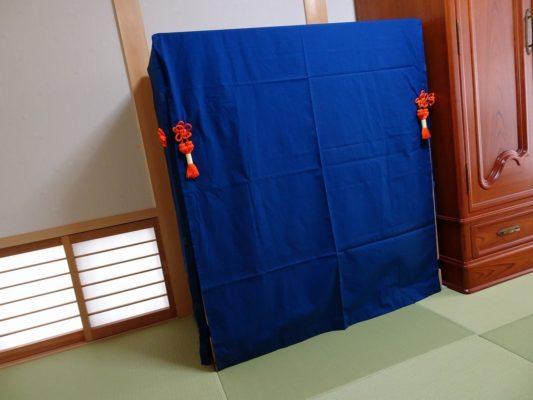 大阪泉州桐箪笥の総桐小袖たんすの紺色朱房付き油単斜め写真