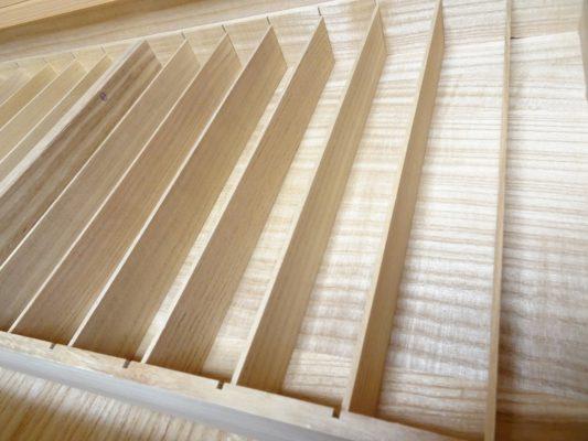 大阪泉州桐箪笥の総桐小袖たんすの引出しの美しい帯締め箱拡大
