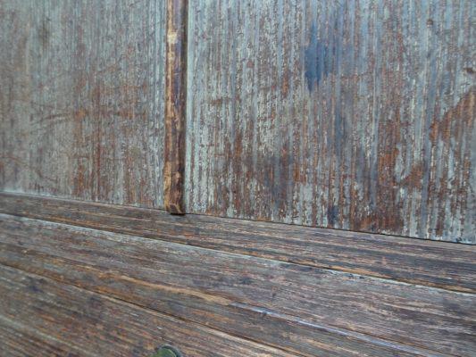 桐たんすの洗い替え前の三つ重ね桐衣装箪笥の戸びら