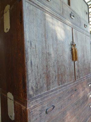 桐たんすの洗い替え前の三つ重ね桐衣装箪笥の中台