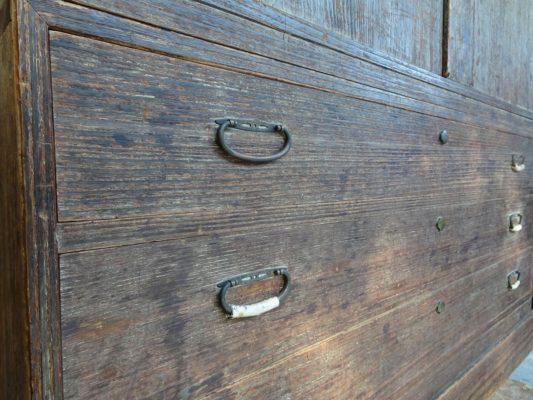 桐たんすの洗い替え前の三つ重ね桐衣装箪笥の下台