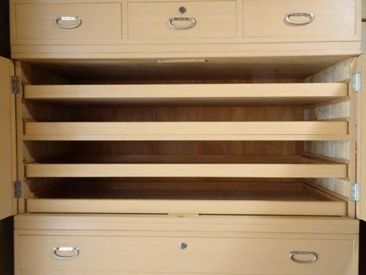 桐たんすの洗い替え後の三つ重ね桐衣装箪笥の戸の中