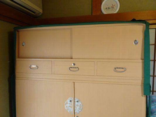 桐たんすの洗い替え後の三つ重ね桐衣装箪笥と油単